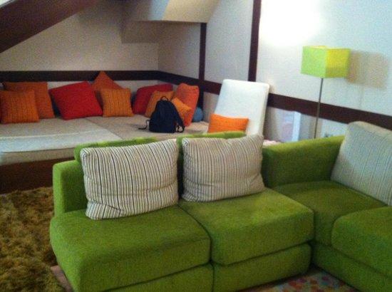 Suites Gran Via 44: Big cosy sofa!