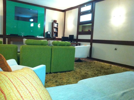 Suites Gran Via 44: Lounge room located downstairs
