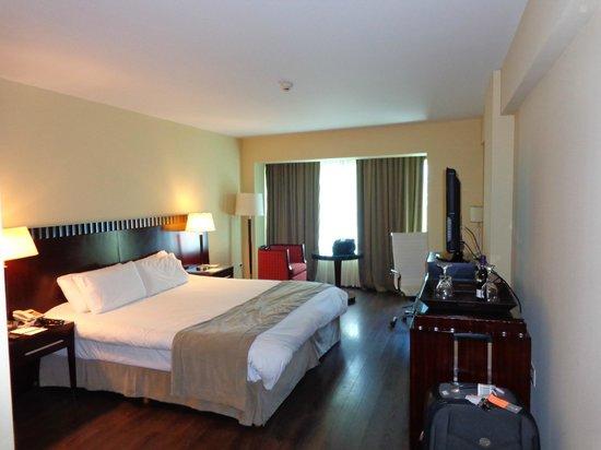 Diplomatic Hotel: Cama grande e confortável