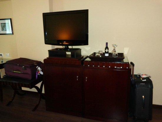 Diplomatic Hotel: Frigobar e cofre dentro do armário