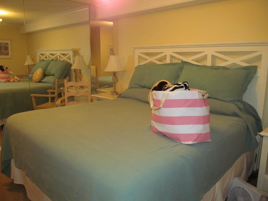 The Edgewater Inn: Bedroom Cottage Feel. So pretty!