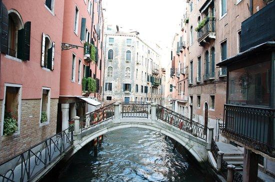 Rialto 1082 Bed & Breakfast: An early morning walk...oh how I miss Venezia!