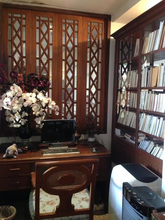 At Pingnakorn Hotel Chiangmai : Small Library with books and internet use