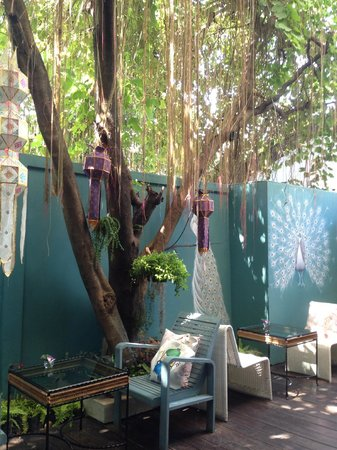 At Pingnakorn Hotel Chiangmai : Relax seating in the garden court