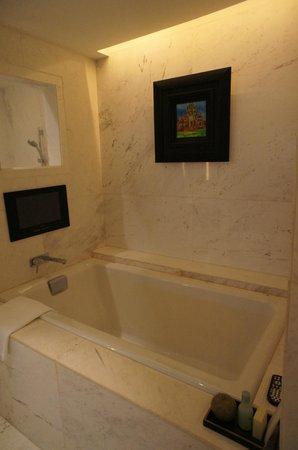 Park Hyatt Siem Reap: Super deep bath tub