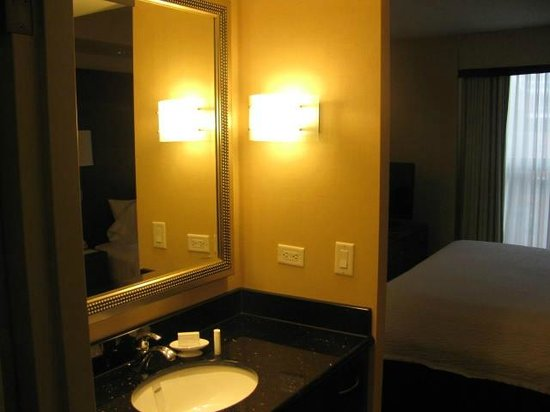 Residence Inn Toronto Downtown/Entertainment District: Sink was located outside of the bathroom