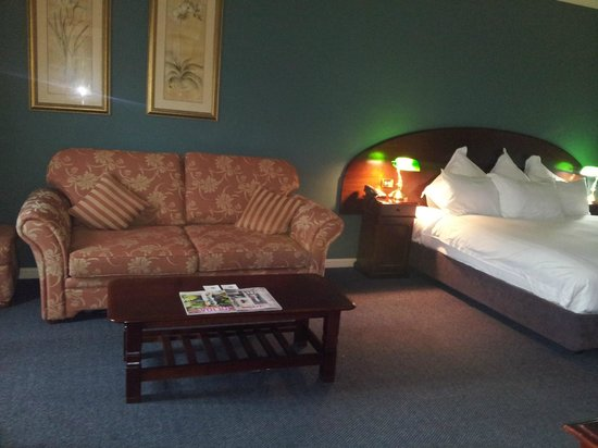 Crowne Plaza Hawkesbury Valley: Sofabed and coffee table