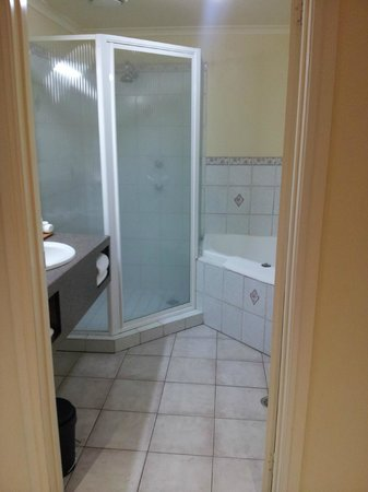 Crowne Plaza Hawkesbury Valley: Good sized bathroom (excellent shower pressure)