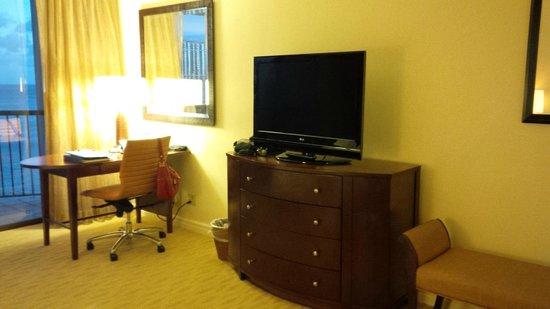 Hilton Hawaiian Village Waikiki Beach Resort: Desk /TV