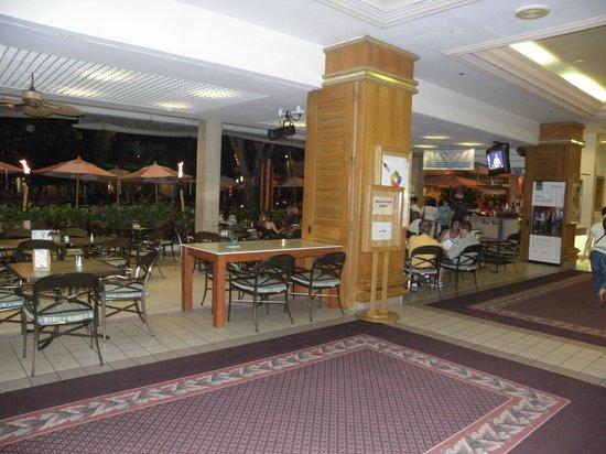 Sheraton Princess Kaiulani : Bar area near the pool