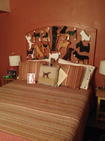 Cottonwood, ไอดาโฮ: Dennis' famous chain saw doggies as the headboard