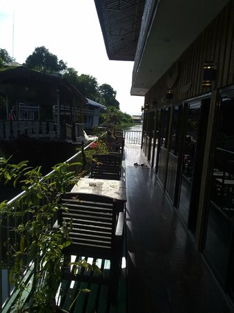 Noble Night Guesthouse : Small area outside the floating rooms