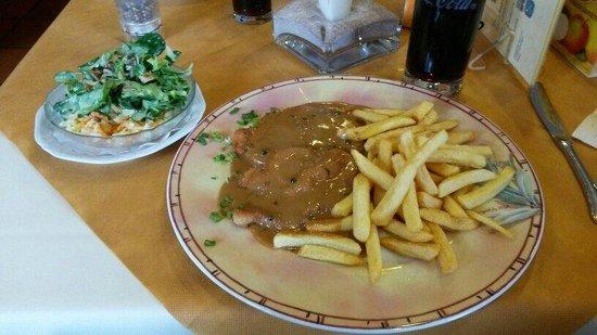 Cafe-Restaurant Pension Lauer: Schnitzel mit Pfefferrahmsoße ,Pommes und Salat.