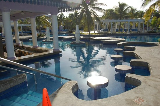 Hotel Riu Montego Bay: Pool Area and Bar