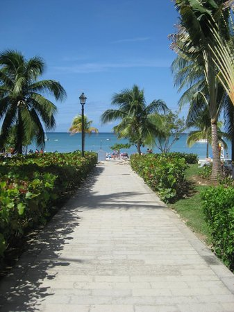 Hotel Riu Montego Bay: Walkway to Beach