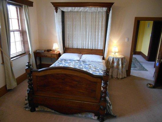 Schouten House: Antique Queen Room, Upstairs