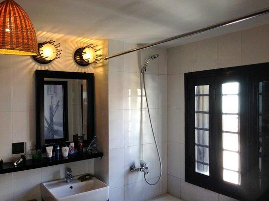 Cinnamon Hotel Saigon: Bathroom with a view