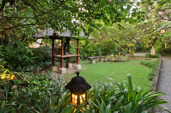 Kuta Seaview Boutique Resort & Spa: lush tropical gardens