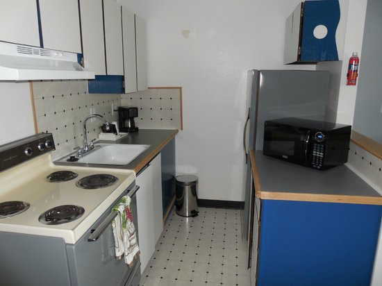 Kennewick Suites : Full Kitchenette.