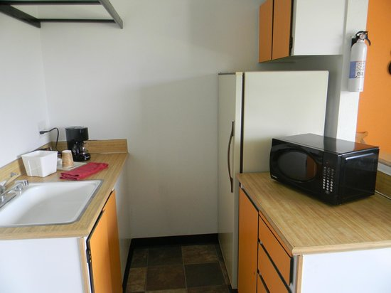 Kennewick Suites: Full Kitchenette.