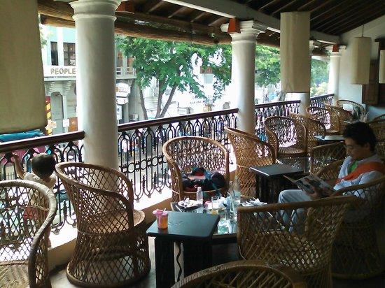 The Pub: 店内、ベランダのテーブル席