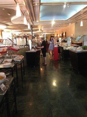 Le Meridien Abu Dhabi : breakfast