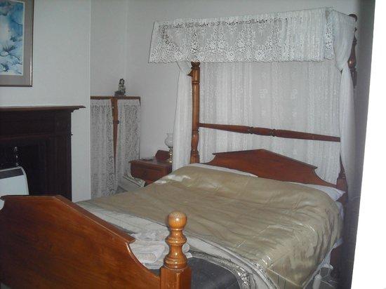 Ross Bakery Inn: Bedroom in Blue room
