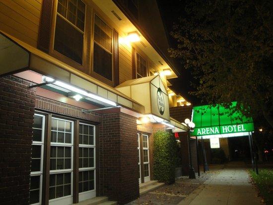 Arena Hotel: ホテル入口