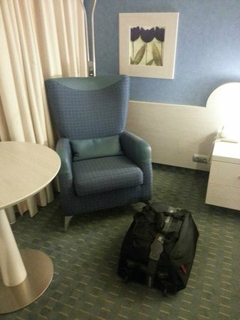 Holiday Inn Athens Attica Avenue Airport West : Sofa in the standard room