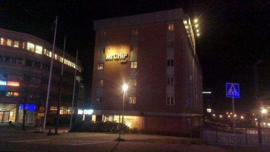 Mr Chip Hotel: L'hotel visto dalla piazza del centro commerciale