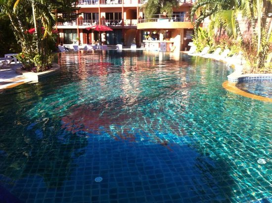 Casa Del M, Patong Beach: outdoor pool and bar