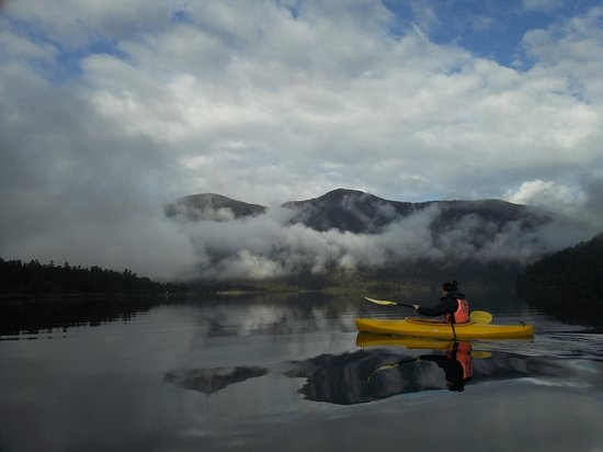 Lake Paringa Lodge: kayaking on lake paringa