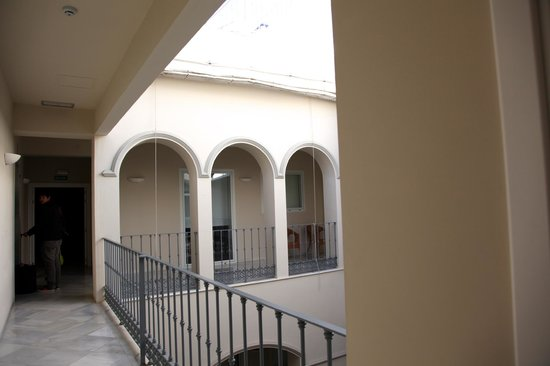 Suites Sevilla Plaza : Pasillo del hotel alrededor del patio