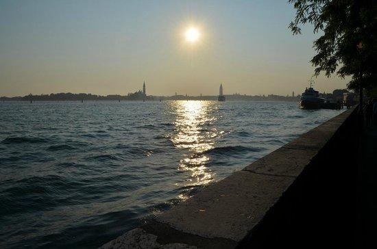 Queen House Venezia: Канал, недалеко от аппартаментов