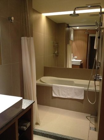 Howard Garden Suites: deep bathtub