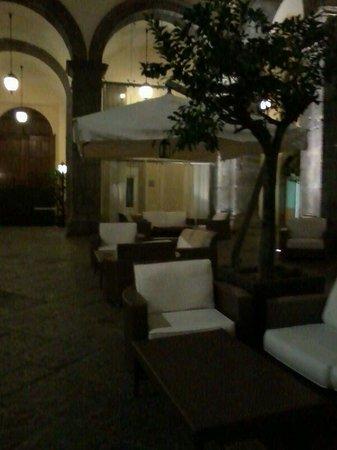 Palazzo Caracciolo Napoli MGallery by Sofitel: Poltroncine nel patio interno