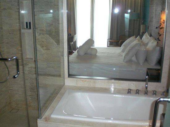 "Pullman Bali Legian Nirwana: ""окно"" между ванной и комнатой"