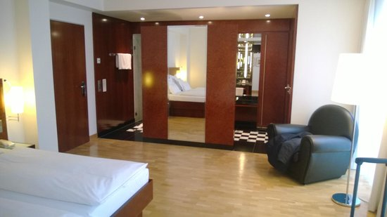 the dressing area bild von grand hotel mussmann hannover tripadvisor. Black Bedroom Furniture Sets. Home Design Ideas