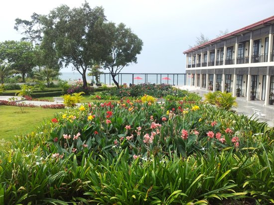 Holiday Palace Casino Resort: вид из номера в левом крыле отеля