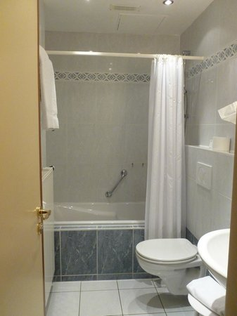 Grand Hotel Bristol: Notre salle de bain, il y un sèche cheveux
