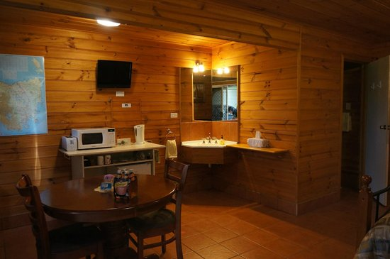 Barra Farm Bed and Breakfast: 洗手檯及餐桌