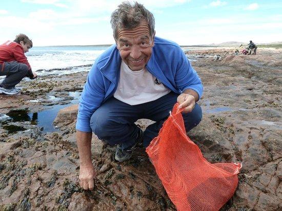 Granja Marina San Julian: Au bord de l'ocean, ramassant les algues comestibles