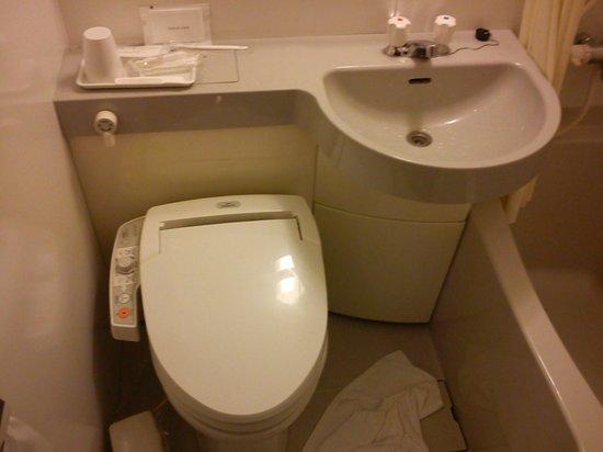 Hotel Villa Fontaine Nihombashi Mitsukoshimae : Banheiro e os comandos da privada