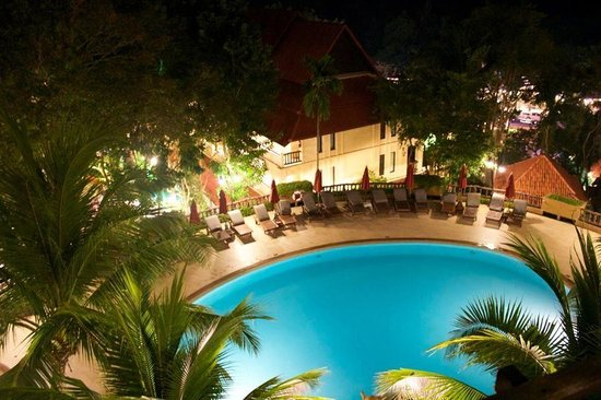 Vogue Resort & Spa Ao Nang: Swimming pool at night