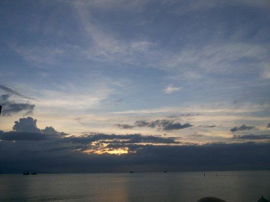 Buri Beach Resort: besutiful sunset