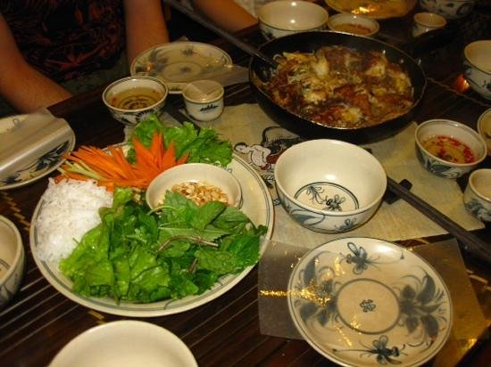 Vietnam Awesome Travel - Day Tours : Roll your own rice paper roll with Hanoi Style Fish