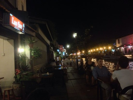 Lao San Cafe: A river view in the evening.