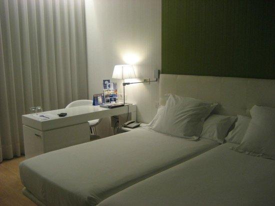 Occidental Castellana Norte : Escritorio y camas