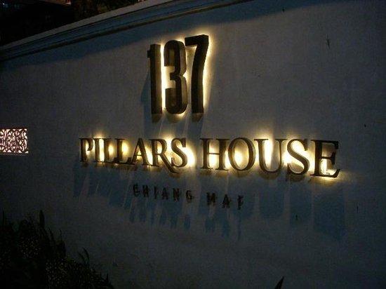 137 Pillars House Chiang Mai: Entry at night