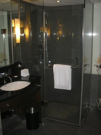 Sheraton Grand Taipei Hotel: The bathroom
